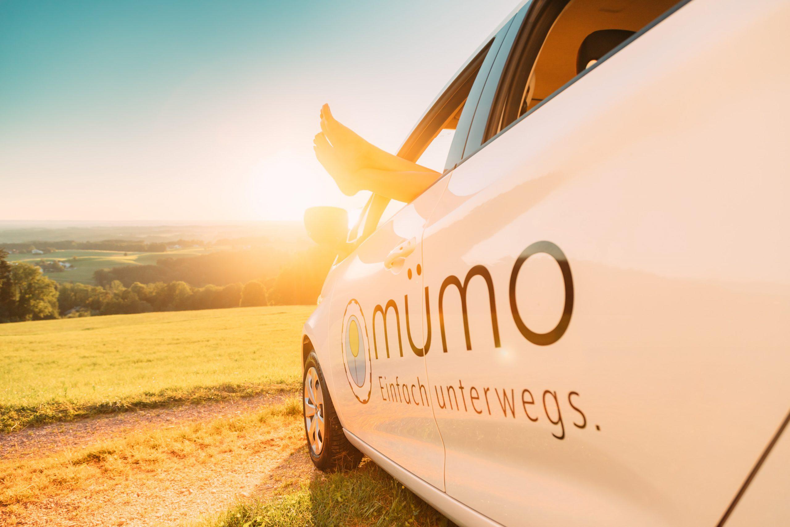 im Sonnenuntergang die Füße aus dem Autofenster baumeln lassen