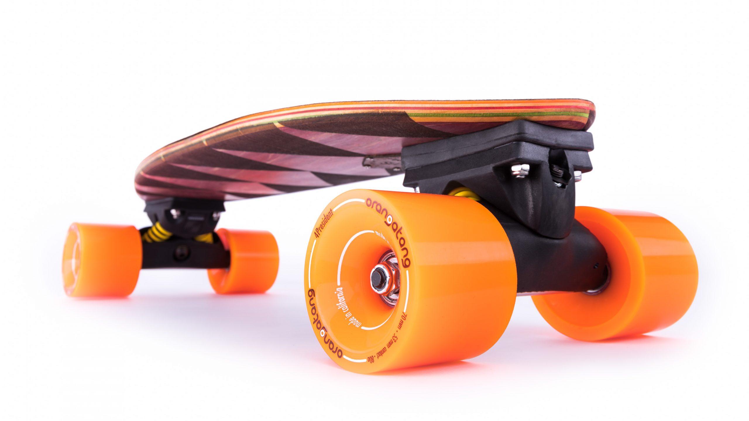 Short-Deck Skateboard Produktphoto mit Orangatang Wheels Rollen von unten vor weiß