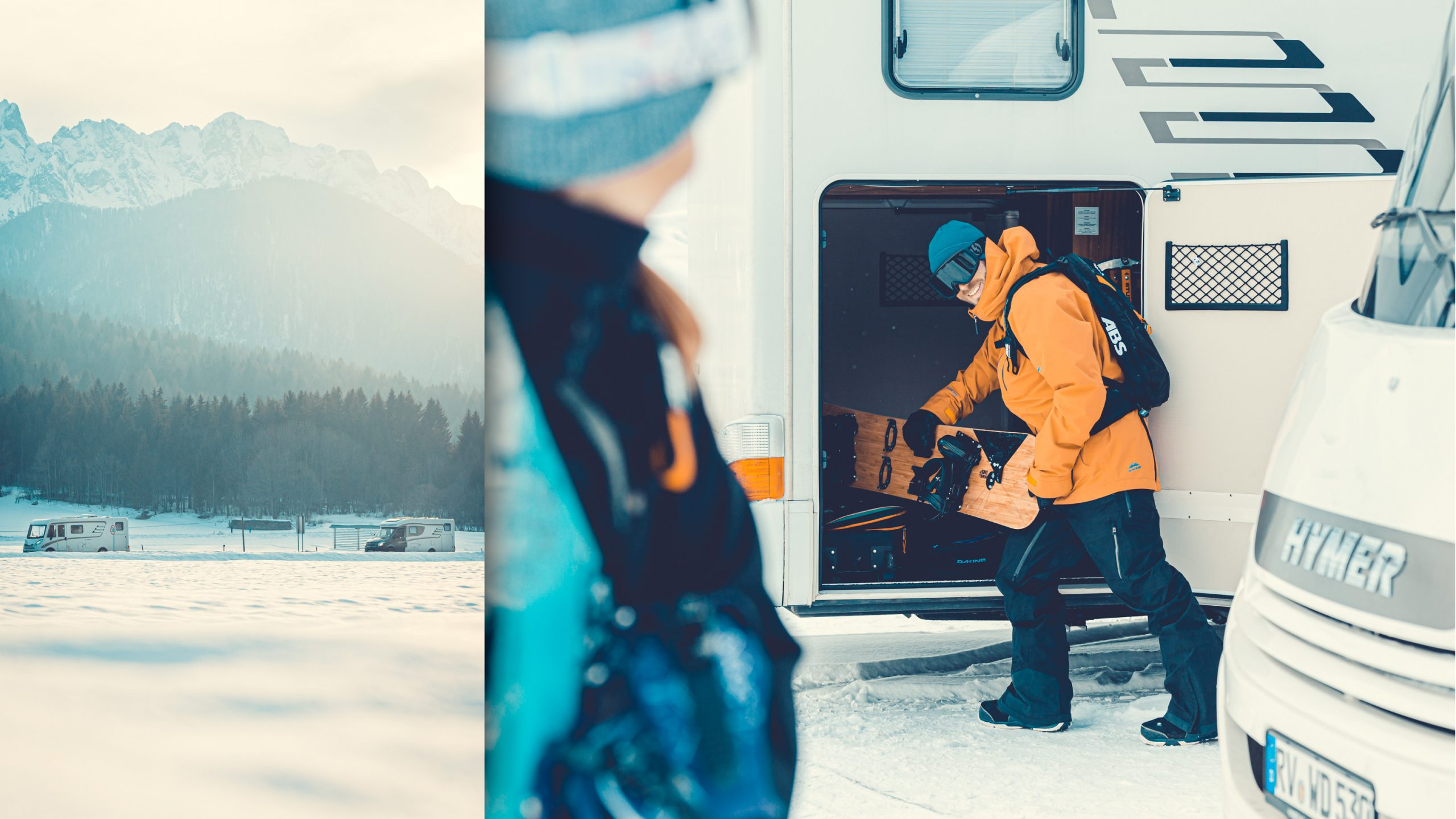 Snowboard Ausladen aus dem Kofferraum des Hymer Wohnmobil in Narvis bei Sonnenuntergang mit Bergen, Gipfeln und Schnee, ABS-Rucksack