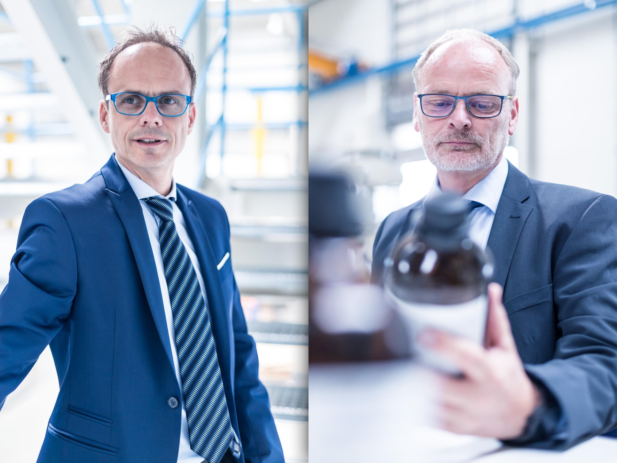 männliche Kollegen im Labor zur Qualitätssicherung Business Portraits Bestager mit Brille