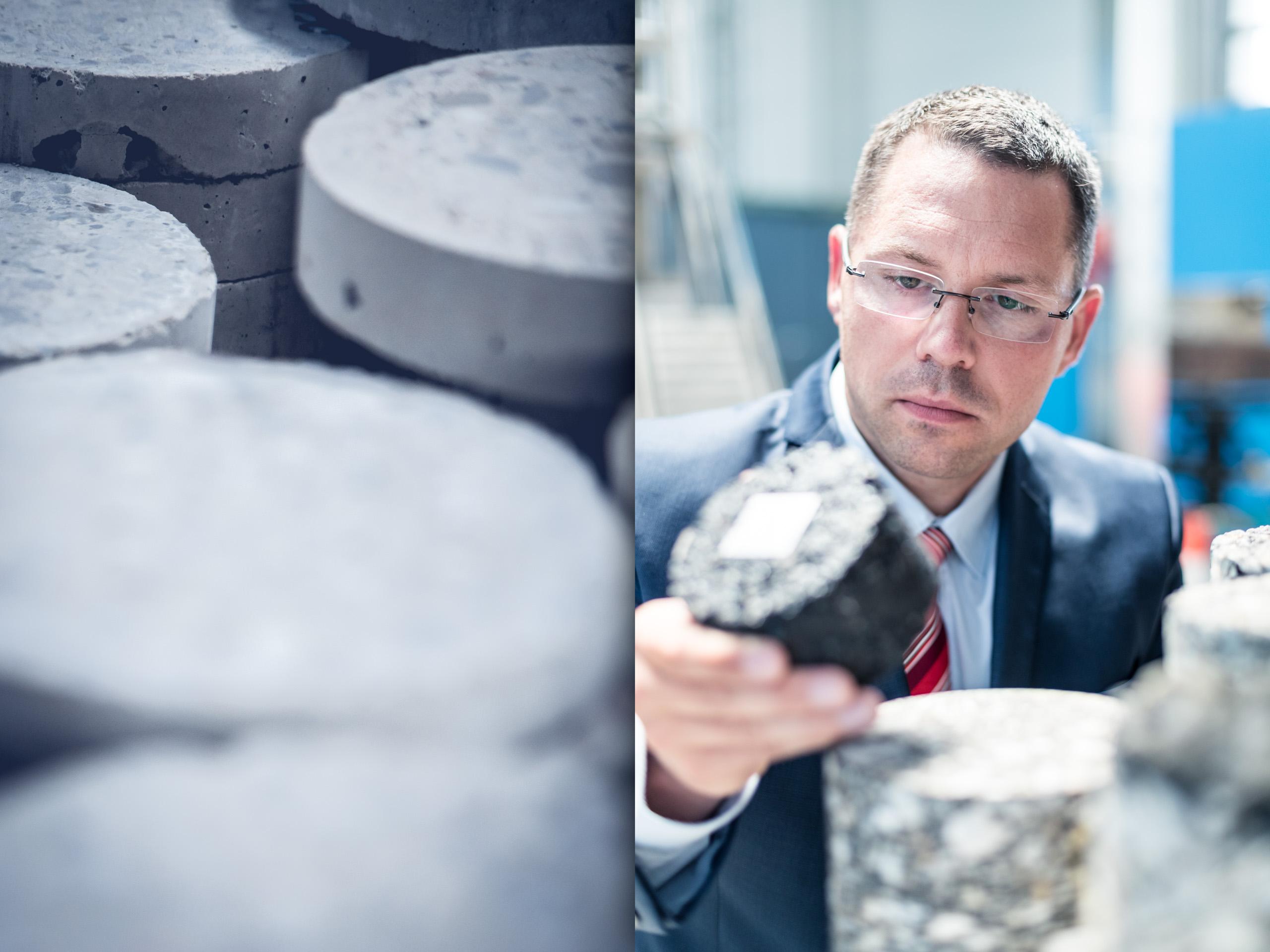 Emotional Detail von Beton Proben und Mitarbeiter in Anzug mit Brille inspiziert