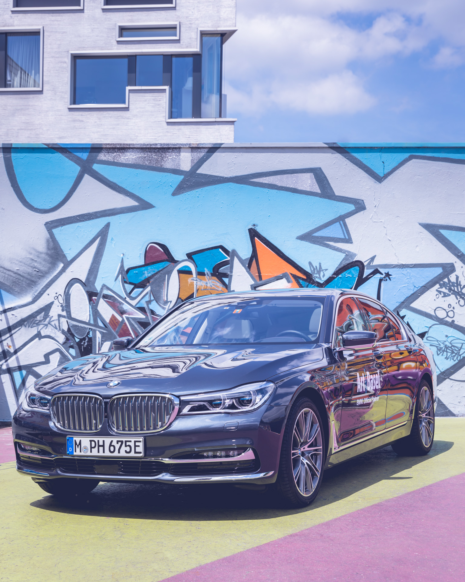 Art Basel BMW Culture 7er 7 series 2018 vor Graffiti in Basel Urban frontal
