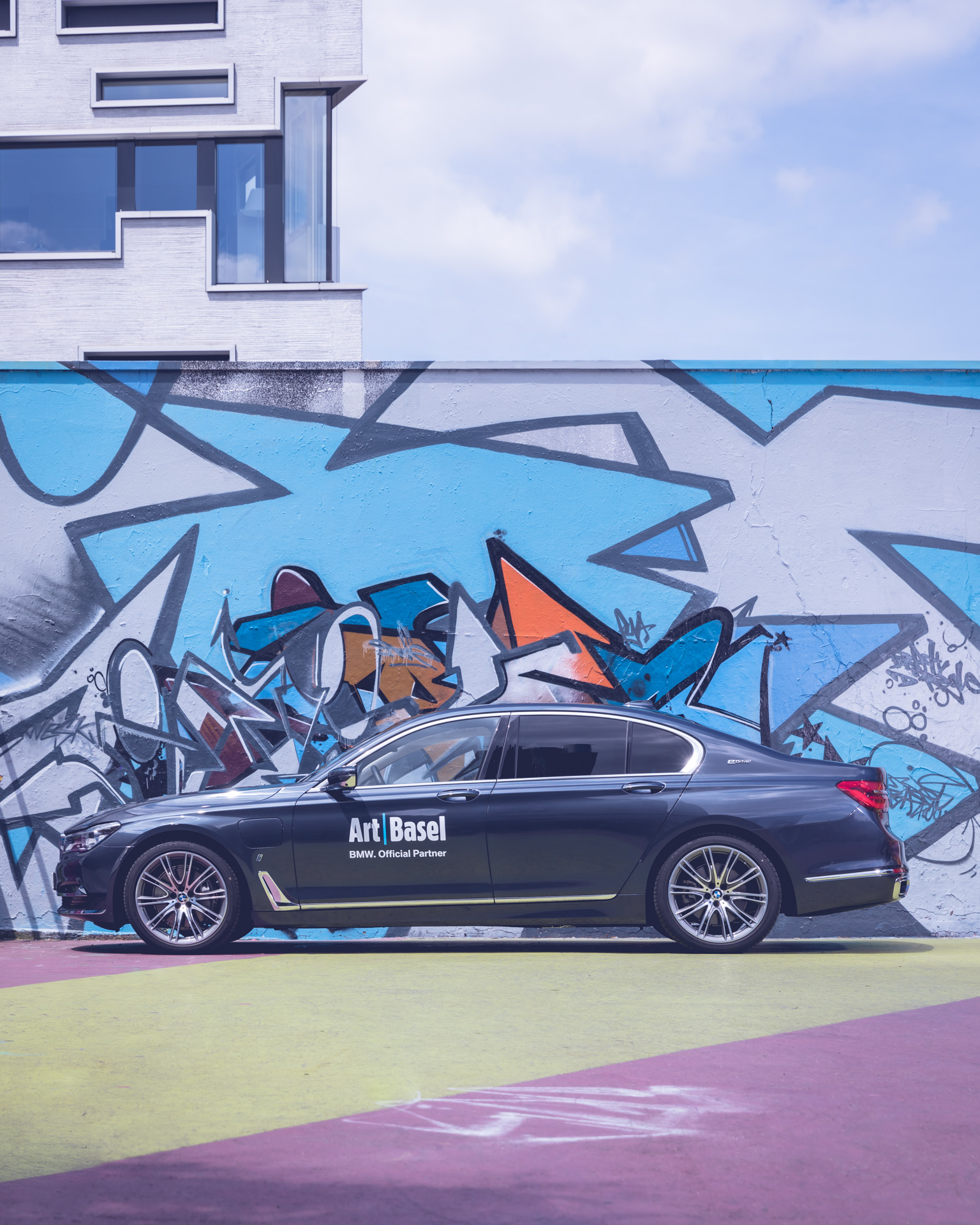 Art Basel BMW Culture 7er 7 series 2018 vor Graffiti in Basel Urban seitlich