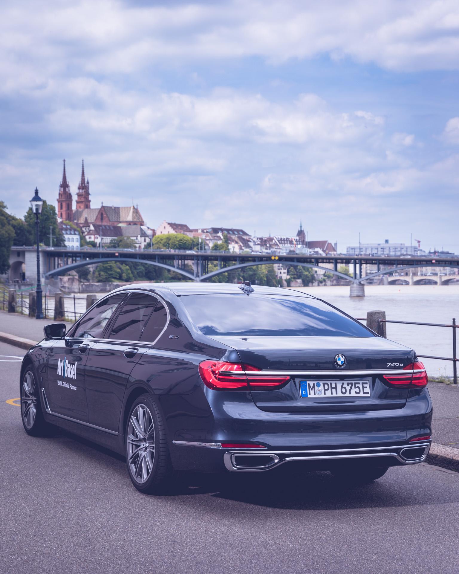 Art Basel BMW Culture 7er 7 series 2018 vor Mittlere Brücke Rhein in Basel Urban Heck Dom