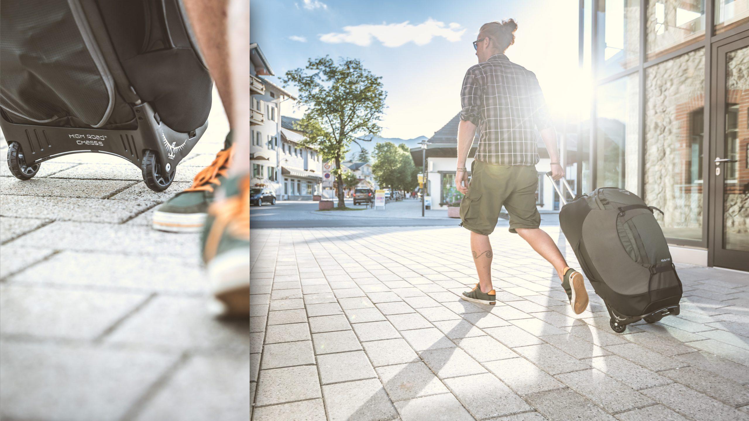 männlicher Reisender in Hemd und kurze Hose mit Osprey Soujourn 80 Trolly Rucksack Koffer den Regionalzug am Ländlichen Bahnhof im Sonnenuntergang - emotional Detail Rollen High Road Chassis