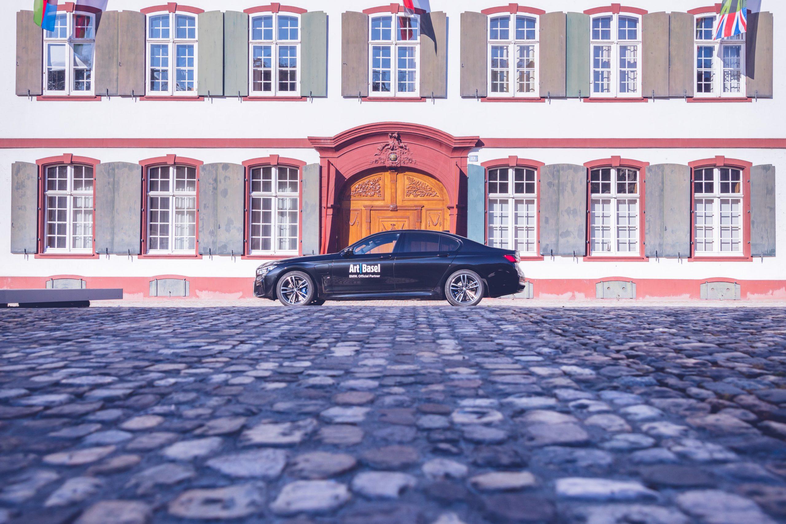 Art Basel BMW Culture 7er 7series 2019 in der Innenstadt von Basel mit Kopsteinpflaster, Flaggen, Haus, Fester, Eingangstür