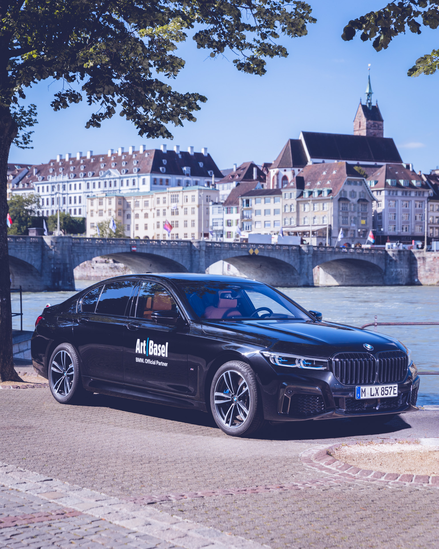 Art Basel BMW Culture 7er 7series 2019 in Basel auf Kopsteinpflaster am Rhein