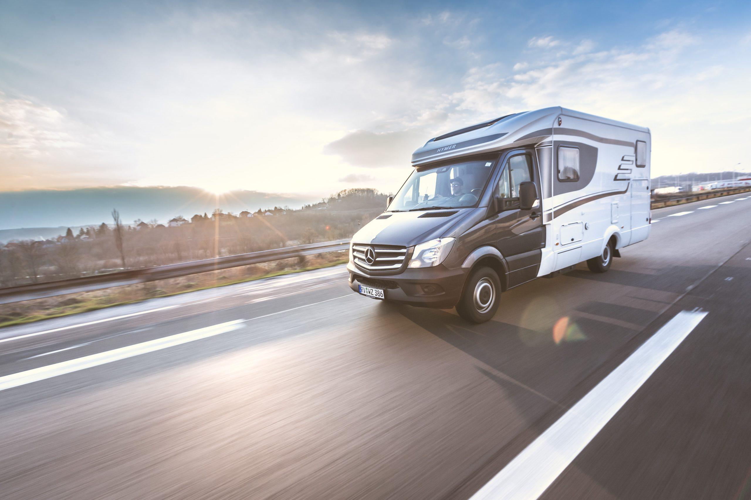 Hymer Mercedes Sprinter Wohnmobil auf der Autobahn bei Sonnenuntergang mit Motion Blur