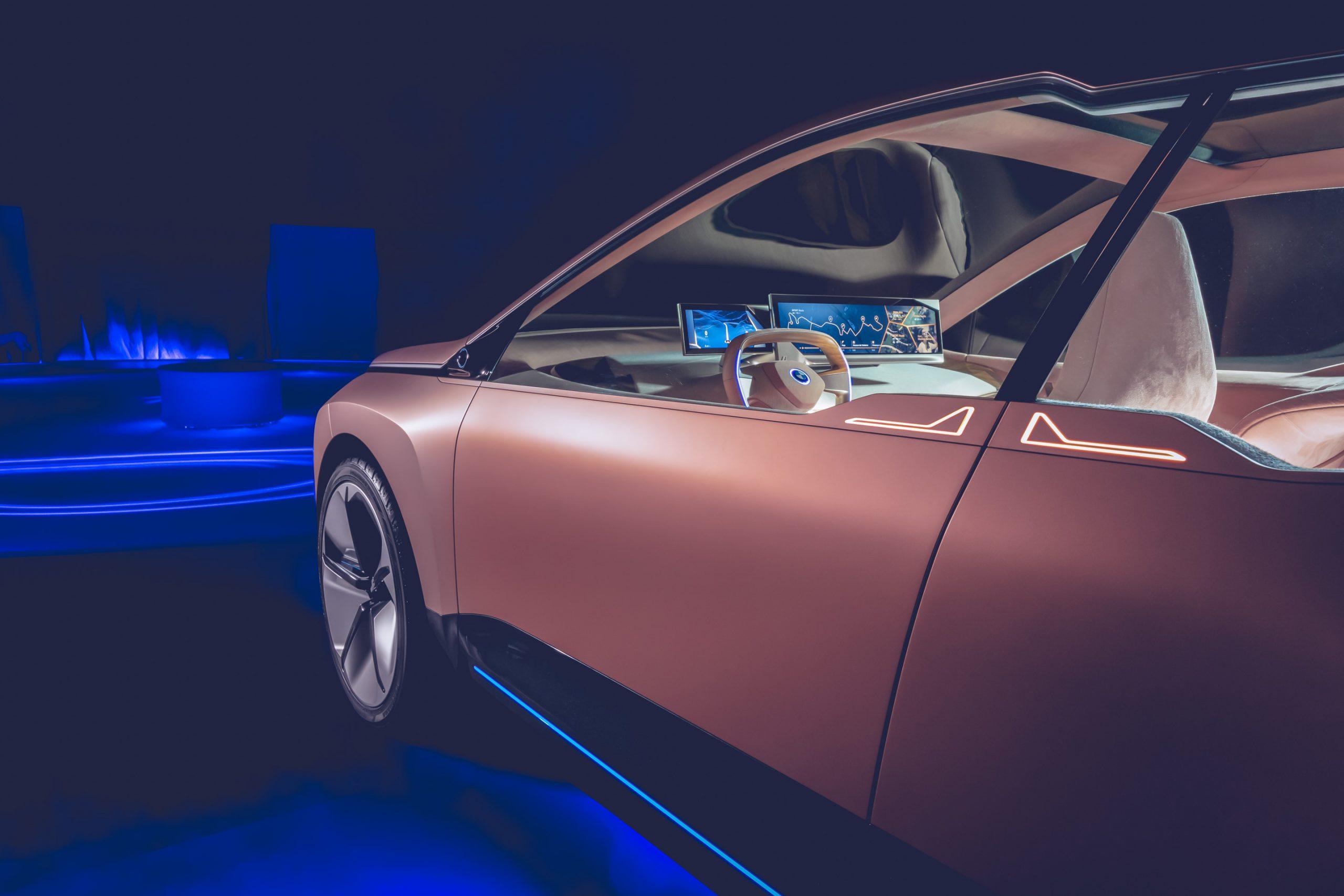 BMW Vision iNext Konzeptauto im Photostudio vor blau