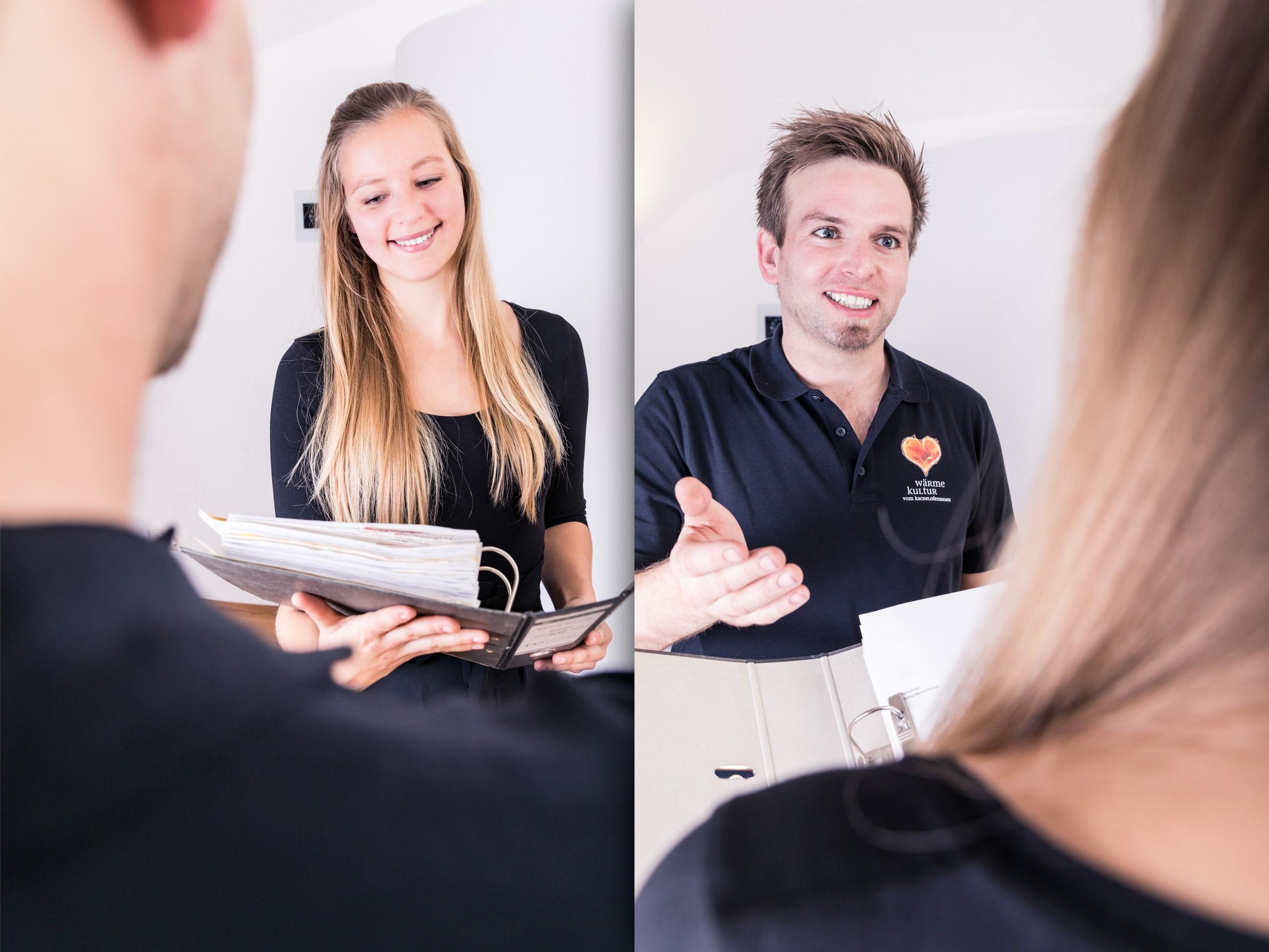 Wärme Kultur Kollegen weiblich und männlich im Gespräche mit Ordner overshoulder Business Portrait